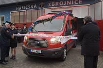 Předávání nového auta hasičům v Pačejově.
