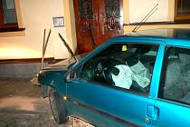 Nabouraný vůz u objektu