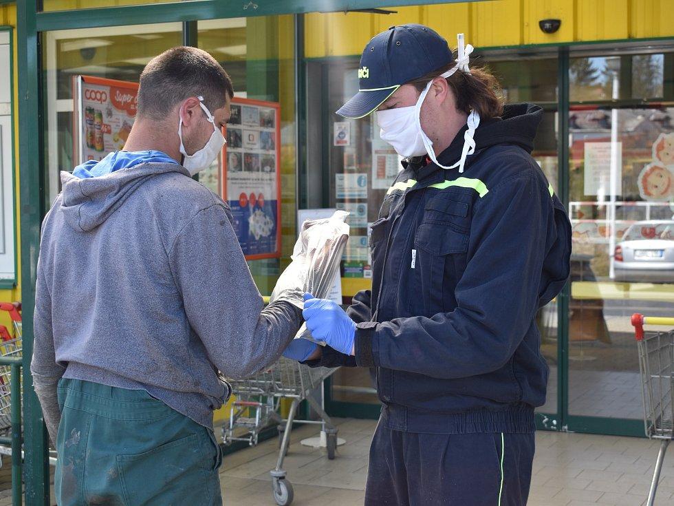 Dobrovolní hasiči z Bystřice nad Úhlavou pomáhají u supermarketu v nedalekém Nýrsku.