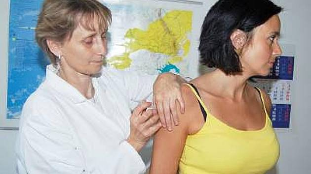 Lékařka Anna Kubátová při očkování proti klíšťové encefalitidě, na Klatovsku poměrně časté nemoci.