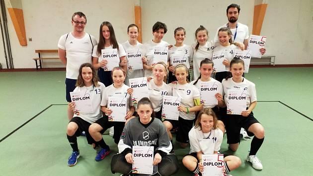 Výběr mladých florbalistek z Plzeňského kraje na hrách IX. letní olympiádě dětí a mládeže.