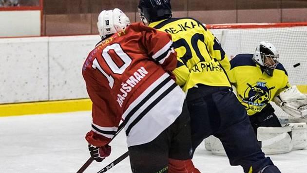 KLATOVŠTÍ HOKEJISTÉ (na archivním snímku Kamil Hajšman v červeném dresu) zdolali pražskou Kobru 2:1 po prodloužení a stále jsou ve hře o druhé místo ve skupině.