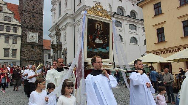 Náměstím prošel průvod s obrazem Panny Marie Klatovské