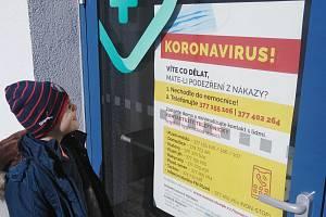 Upozornění na vchodu klatovské nemocnice
