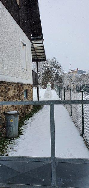 Sníh vŽelezné Rudě a stavění sněhuláka.