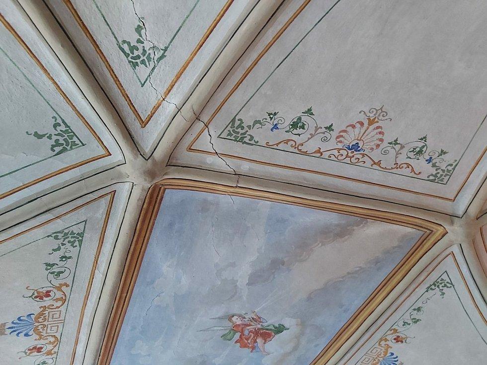 Prasklé zdivo v Andělské pokoji chudenického zámku.