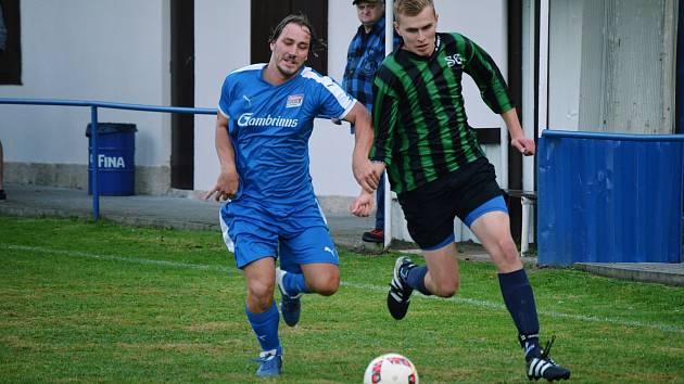 Ze zápasu Dešenice (na archivním snímku hráč v modrém) s Kašperskými Horami (v zelenočerné kombinaci dresů).