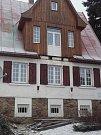 Balkon spadlý z rekreačního objektu v Železné Rudě.