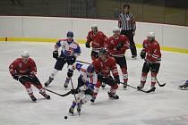 Hokejisté Klatov (na archivním snímku hráči v červených dresech) odehrají v přípravě na sezonu 2019/2020 celkem osm přípravných duelů.