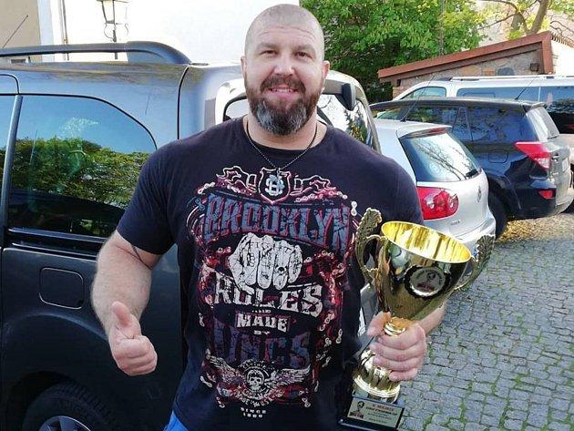 Jiří Vytiska s pohárem ze závodů v Polsku.