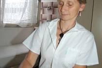 Klatovská lékařka Anna Kubátová se speciálními kleštěmi na vytahování klíšťat. S těmi si podle ní může každý doma sám nebo s pomocí svých blízkých tohoto nebezpečného tvorečka vyndat, lékaře by měli lidé vyhledávat jen v  případě, že mají potíže.
