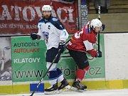 Přípravný hokejový zápas HC Klatovy (červení) - HC Škoda Plzeň. Hosté vyhráli 11:1 a dali tak dárek Martinu Strakovi k 45. narozeninám.