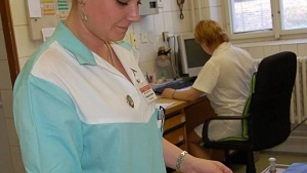 OBAVY. Personál gynekologicko – porodnického oddělení (na snímku sestra Markéta Podlešáková) klatovské nemocnice věří, že se situace kolem hromadného odchodu lékařů zlepší.