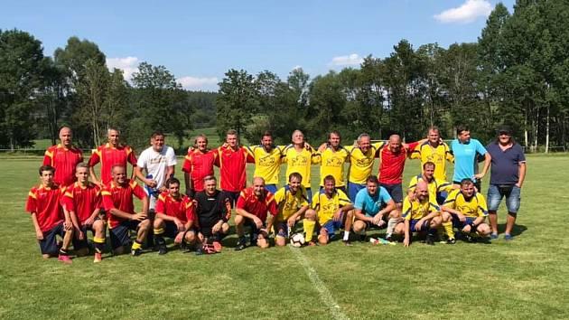 Společný snímek SG TJ Svatobor Hrádek a FK Okula Nýrsko.