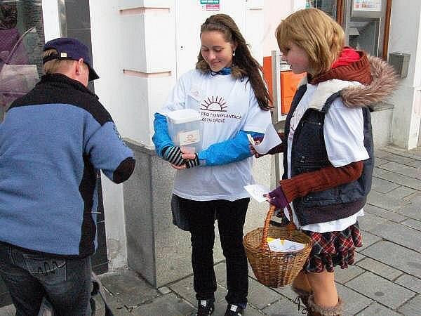 Na klatovském náměstí Míru jste při Sluníčkové sbírce mohli potkat studentky SŠZP Veroniku Havlíkovou a Ivetu Ryvolovou
