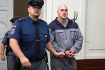 Jiřího Bartyzala, který patří mezi obžalované v případu vyděračského gangu, eskorta přivádí k soudu.