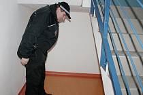 Strážník kontroluje místo pod schody v Klatovské nemocnici. Je to jedno z oblíbených míst tamních bezdomovců.
