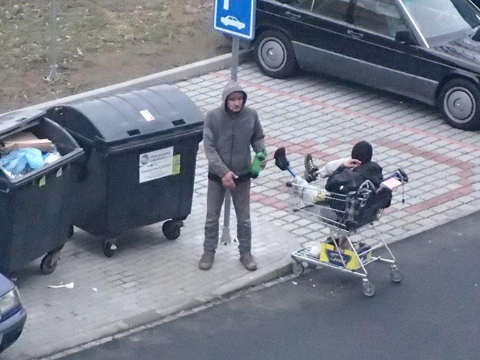 Dvojice bezdomovců, s níž jsou v Klatovech často problémy.