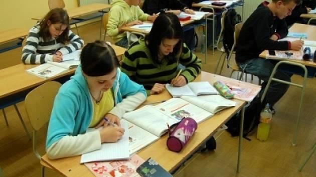 Velhartičtí deváťáci při hodině Českého jazyka