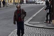 Bezdomovec Alexandr G., který tyranizuje město zápachem i chováním.