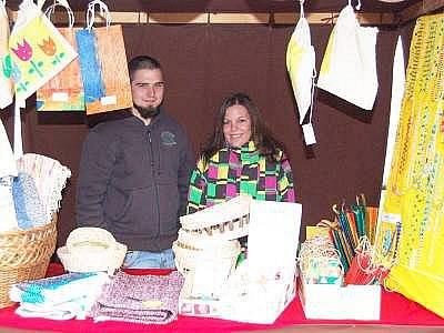 Lukáš Tichý a Alena Koželuhová ze SŠZP Klatovy při prodeji výrobků diakonie