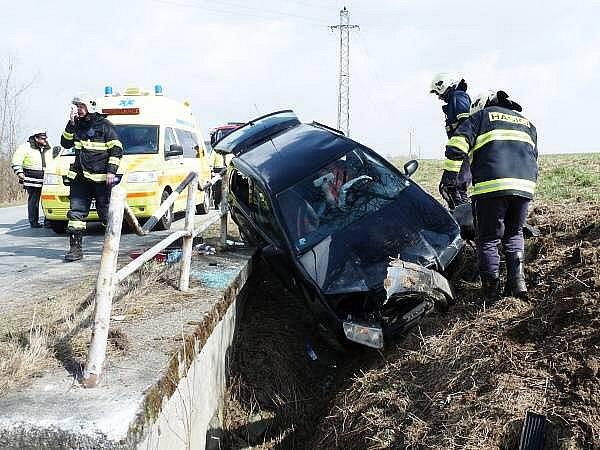 Řidič narazil do betonového můstku
