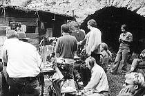 Snímek z nátáčení filmu Hon na medvěda na hradě Rabí