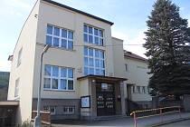 Základní škola ve Velharticích.