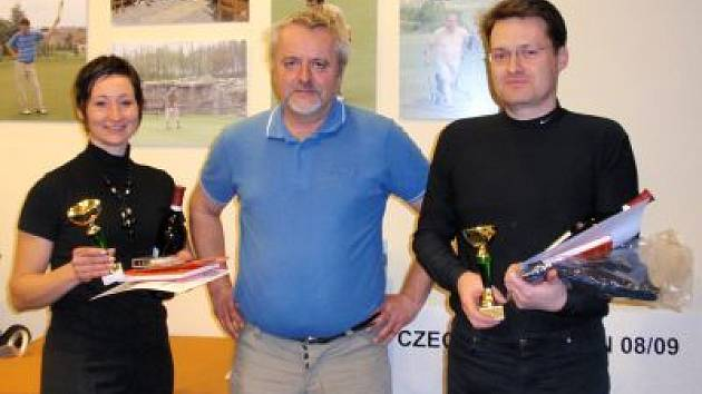 Ze zaslouženého vítězství při Mistrovství GC Hořehledy se radovali Marie Sládková a Milan Šnor. Na snímku uprostředje manažer GC Hořehledy Jiří Holec.