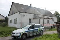 Dům, kde hádka vyvrcholila pobodáním, hlídali policisté ještě ve čtvrtek.