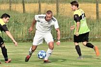 Žichovice (na archivním snímku hráč v bílém dresu) v sobotu hrát nebudou.