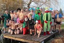 Povánočního plavání s Mufem se v Mochtíně zúčastnily dvě desítky otužilců.