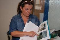 Romana Štětinová ukazuje závady, které objevili poté, co začali s rekonstrukcí objektu.