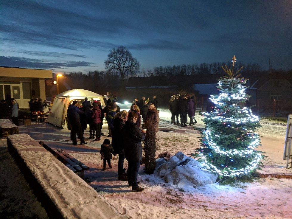 Rozsvícení vánočního stromu ve Velkých Hydčicích.