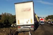 Při nehodě kamionu u Nalžovských Hor vyteklo na louku 150 litrů nafty.