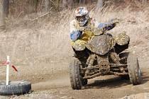 Na snímku jeden ze závodníků na čtyřkolkách v kubatuře do 300 ccm