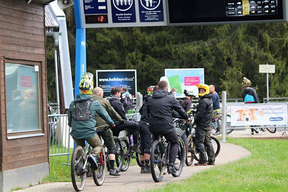 Zahájení sezony v bikeparku na Špičáku.