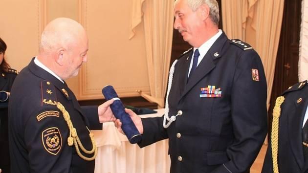 """Oldřich Balíček z požární stanice Horažďovice převzal služební medaili """"Za věrnost 1. stupně""""."""