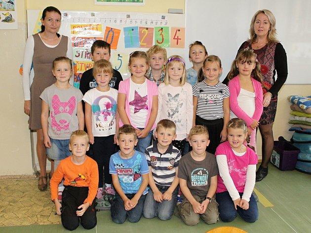 Žáci první třídy ze ZŠ Pačejov střídní učitelkou Milenou Peroutkovou (vpravo) a asistentkou Monikou Procházkovou.