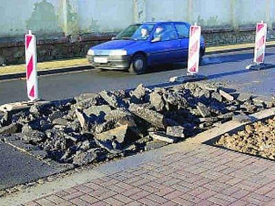 V Dragounské ulici v Klatovech se znovu kope, a to i přesto, že byla v prosinci kompletní rekonstrukce dokončena. Na vině je porucha na kanalizační přípojce.