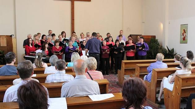 Na čtvrtém benefičním koncertu na opravu varhan v klatovském husitském kostele vystoupily pěvecké sbory Šumavan a Hroši.
