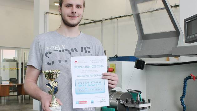 Antonín Poláček s diplomem a pohárem za druhé místo v celorepublikové soutěži obraběčů kovů.
