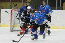 Šumavská liga amatérského hokeje: HC 2009 Nýrsko (v modrém) - HC Poběžovice 3:5.