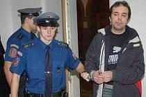 Václava Englera přivezla ke klatovskému soudu eskorta z vazby, kde je už přes rok.
