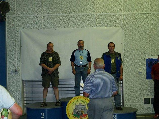 Z bronzu se při mezinárodním mistrovství České republiky ve střelbě ze sportovní pistole na 30+30 ran v kategorii mužů 45 – 54 let radoval reprezentant SSK Policie Klatovy Václav Šimlík (vpravo).