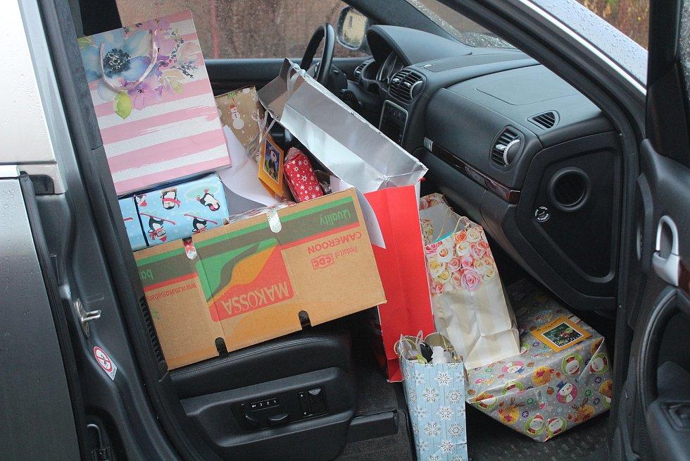Předávání dárky v domově sv. Zdislavy v Klatovech.