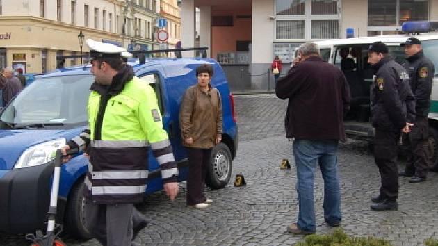 Na klatovském náměstí řidička citroenu zachytila procházející ženu