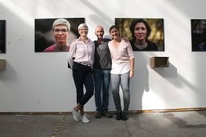 Simona, Vladimír a Sabina. Neboli fotograf a jeho modelky u svých portrétů v DEPO2015, kde je do 3. listopadu k vidění výstava s názvem Tváří v tvář.