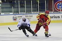 Čínský nováček (na snímku hráč v červeném) se poprvé v sezoně postaví hokejistům Klatov.
