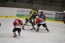 Klatovští hokejisté (na archivním snímku hráči v červených dresech) porazili v sobotním zápase druhé ligy pražskou Kobru (ve žlutém) 5:3.